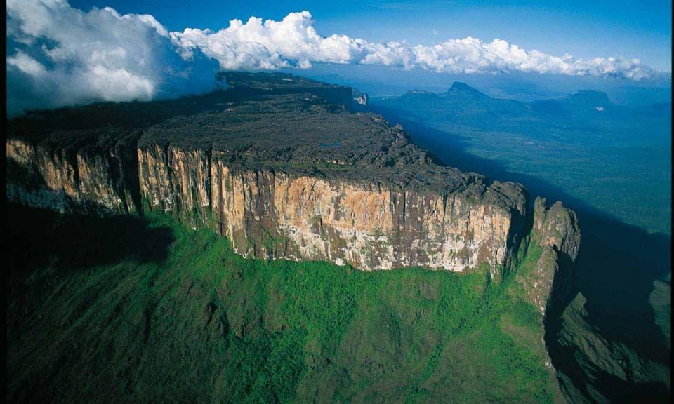 Parque Nacional Canaima, uno de os sitios turísticos de Venezuela por sus tepuyes y el Salto Ángel