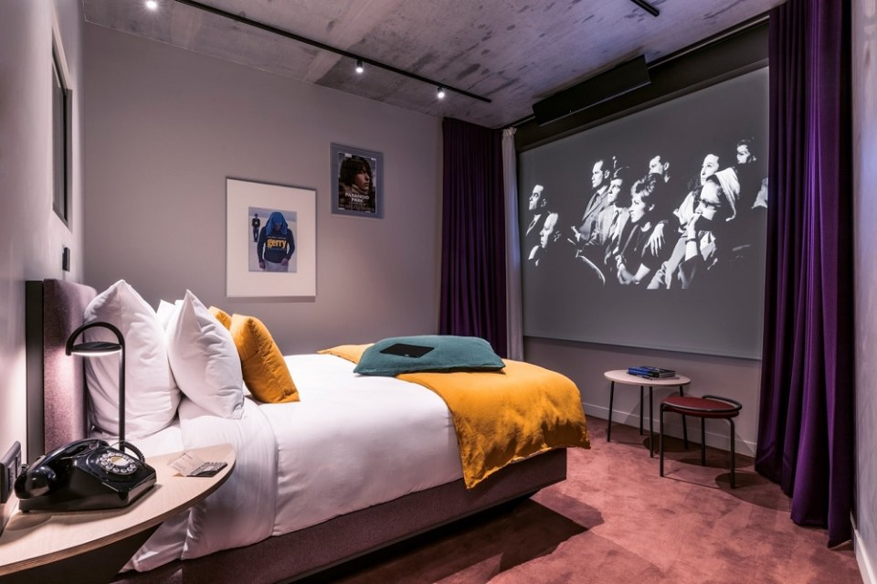 En el Hotel Paradiso, el primer hotel cine de París, puedes ver una película mientras estás en la bañera