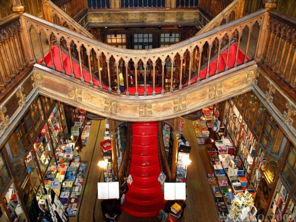 Dentro de los lugares que ver en Oporto te encontrarás con librería más bella de Europa