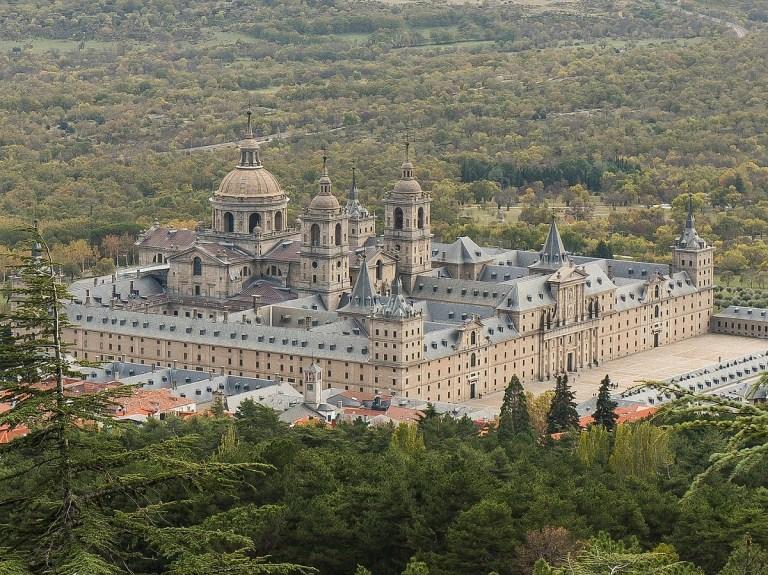 El Monasterio de El Escorial se encuentra en uno de los pueblos cerca de Madrid