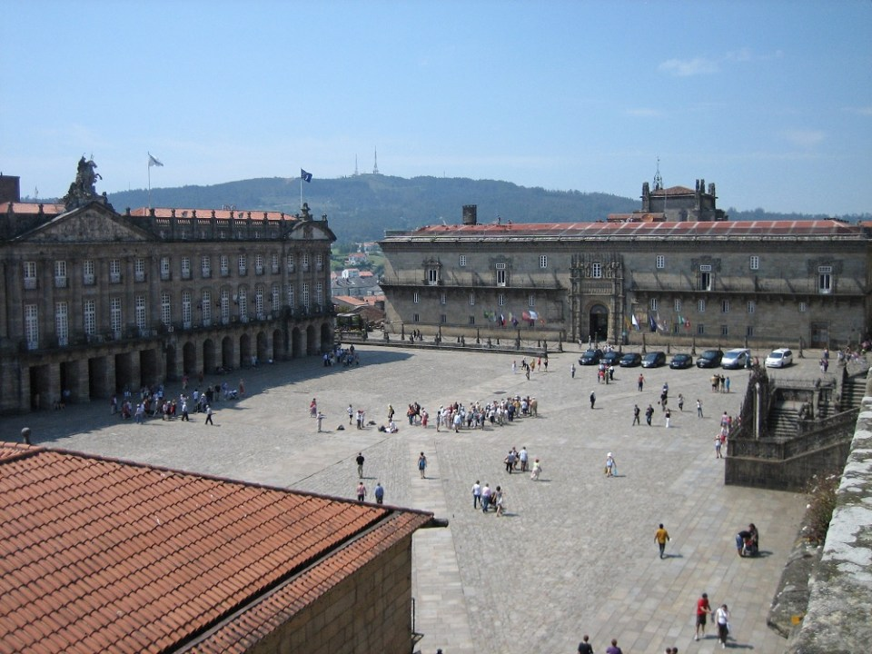 En la Plaza del Obradoiro se encuentra la Catedral de Santiago de Compostela y el Hostal de los Reyes Católicos