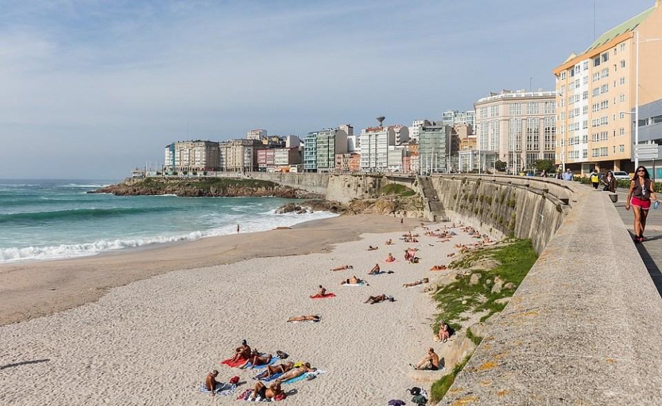 La playa de Riazor es una de las favoritas de los coruñeses
