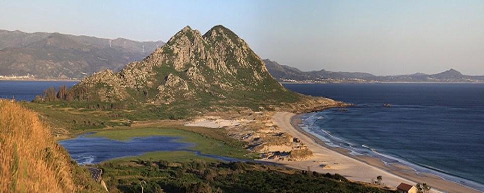 En Area Maior, Muros, podrás disfrutar de una laguna y un monte