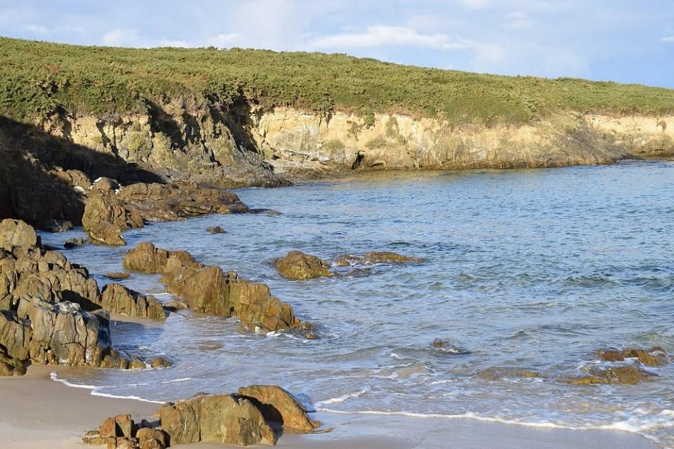 En Valdoviño se encuentra una de las mejores playas con acantilados impresionantes