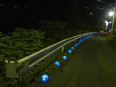 鳴響pH2.0 粟倉さんの作った光の道が、会場の姥の湯まで続く坂道
