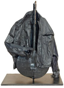 arch.n. 892 Abito mentale 22, Suono nero giubbotto resinato + strumento su base in legno + laccatura nera anno 2009 – cm 34 x 66 x H 90 - Catalogo ed. Bozzetto - Art&Media