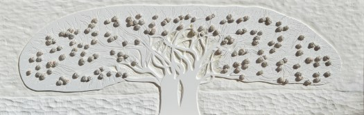 Arch.n. 1.386 Albero del Giardino dai buoni frutti – PVC scolpito + tessuti compattati con filo ferro zincato e resina, cm 51x156, anno 2016