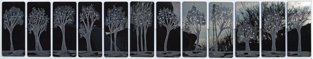 Arch. n. 1.520 Attesa della Luce Incisione su 12 formelle in plexiglas + pittura e perline vetro, cm 26x 155 (26x12), anno 2018
