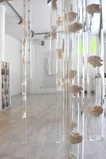 tubi di plexiglas con all'interno manufatti in casa giapponese sostenuti con sottile filo trasparente