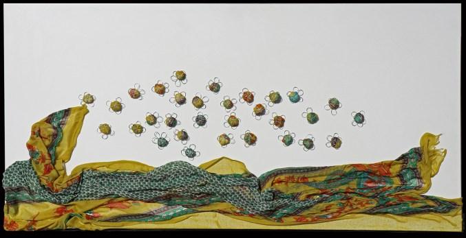 Arch. n. 1.694 Il volo dei buoni frutti tessuto, resina, filo di ferro zincato su tavola smaltata, cm 50x100 – 2019