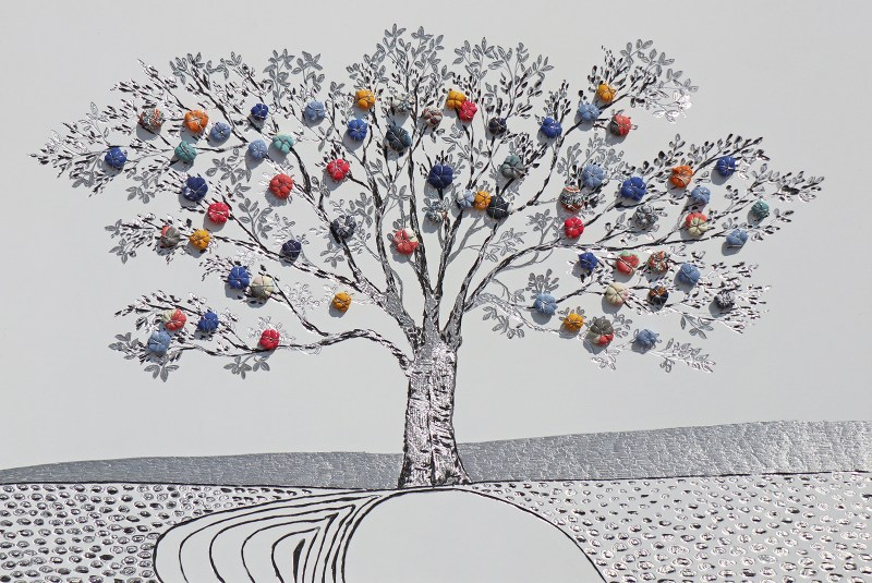 """La foresta nel mare: Archivio n. 1798 - cm 48x72 - 2019- incisione su alluminio + """"frutti"""" creati con vestiti usati compattati con filo di acciaio inox e resina. Avvitati dal retro. L'opera è archiviata ed è completa di attaccaglia. concept: alberi che diventano casa, famiglia e dignità per chi ha perso e perde tuttora, la vita nel Mar Mediterraneo."""