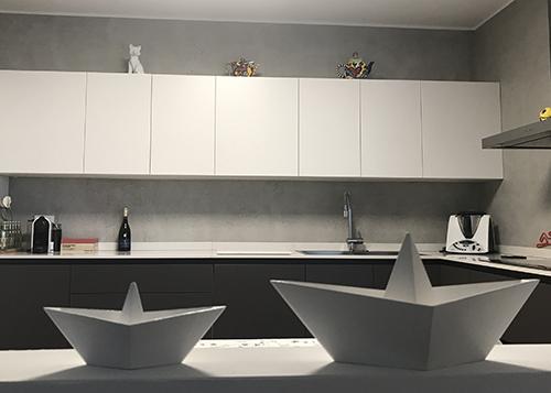 Cucina-con-barche-in-ceramica-bianca. colori cucina bianco nero e grigio