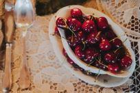 ciliegie mature, ciliegie rosse, ceramica bianca, pizzo bianco