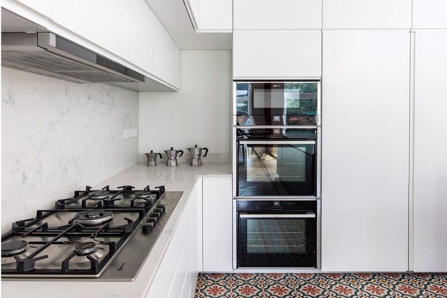 cucina bianca piastrelle colorate