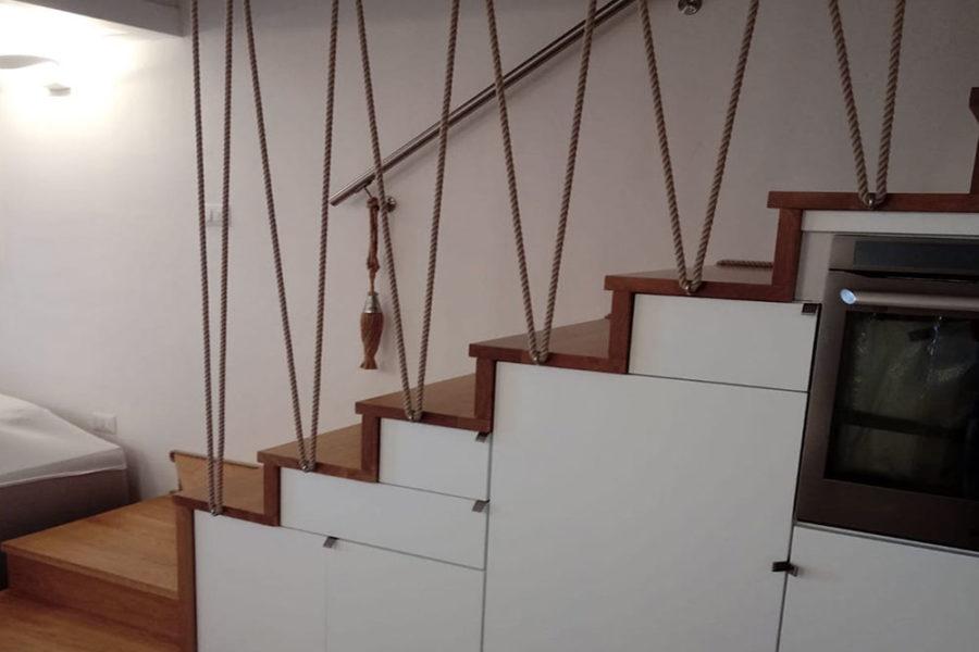 sotto-scala-mobili-su-misura,-scala-in-legno,-corrimano-in-corda