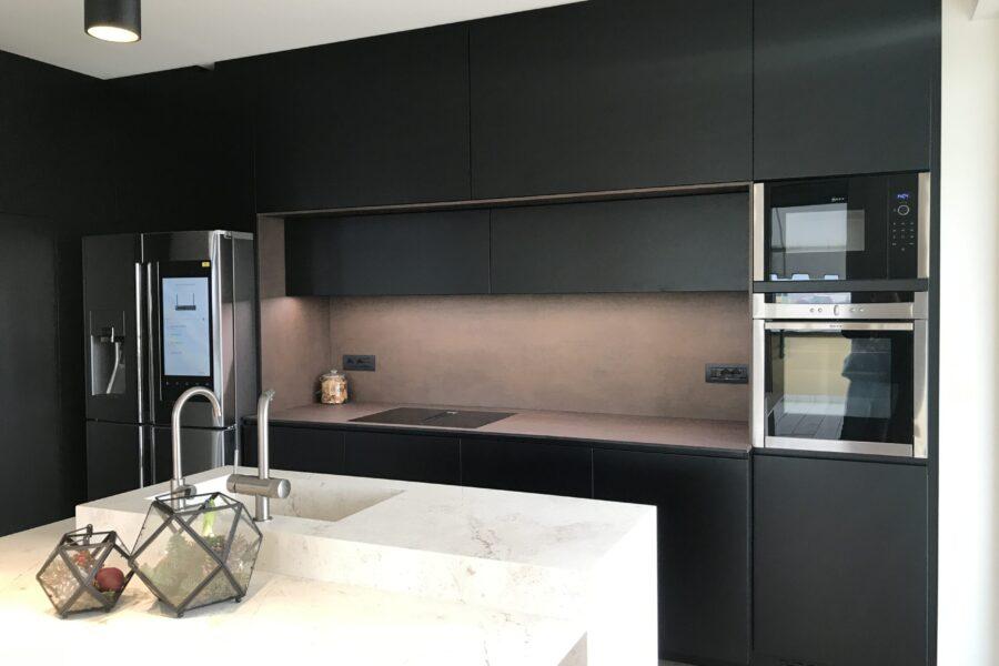 Cucina nero opaco, top in hpl, finiture in hpl, cappa integrata nel piano, pensile motorizzato. frigorifero samsung