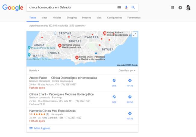 """Pesquisando por """"clínica homeopática em Salvador"""" no Google, ele oferece resultados já em um mapa."""
