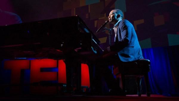 John Legend se apresenta no TED