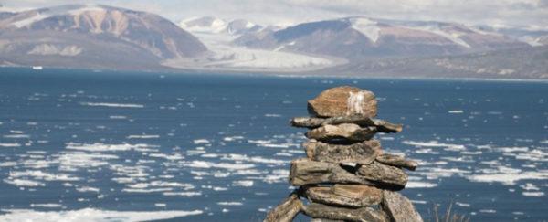 Panorama do Estreito de Fury e Hecla, com águas protegidas e bem mais calmas do que a norma no Oceano Ártico.