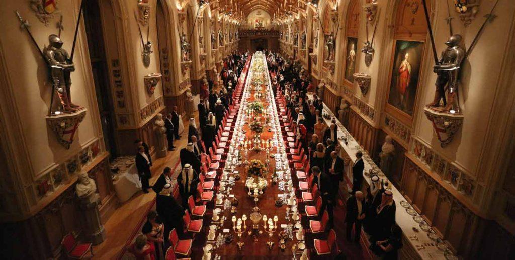 A Rainha da Inglaterra, Isabel II, realiza um banquete no castelo de Windsor, em honra do emir do Kuwait, o Xeique Sabah Al-Ahmad
