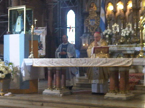 Monseñor Radrizzani, junto al párroco Blanchoud, durante la celebración