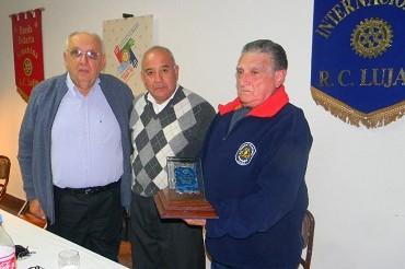 René Goenaga (a la derecha) al recibir en 2010 una distinción del Rotary Club Luján
