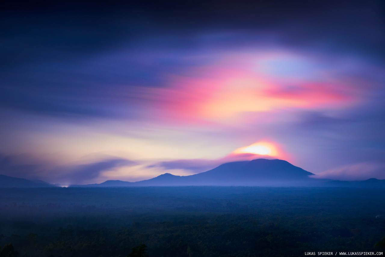 Glowing steam rises from Nyiragongo volcano (3'470 m) in the eastern Democratic Republic of the Congo at night. The Virunga volcanoes are part of the Albertine Rift Mountains, the western branch of the East African Rift. In the Virunga region, two parts of the African Plate, the Somali Plate and the Nubian Plate, are breaking apart at a rate of 6 to 7 mm annually. Eruptions of Nyiragongo occurred in 1832, 1904, 1977 and 2002.