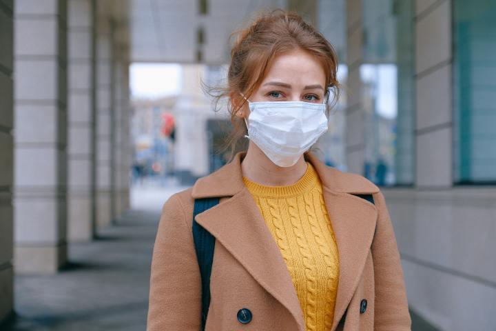 Dame met masker