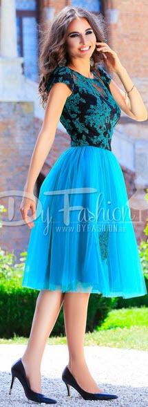 rochie scurta eleganta bleumarin cu broderie cu maneca scurta si fusta in clos din tull