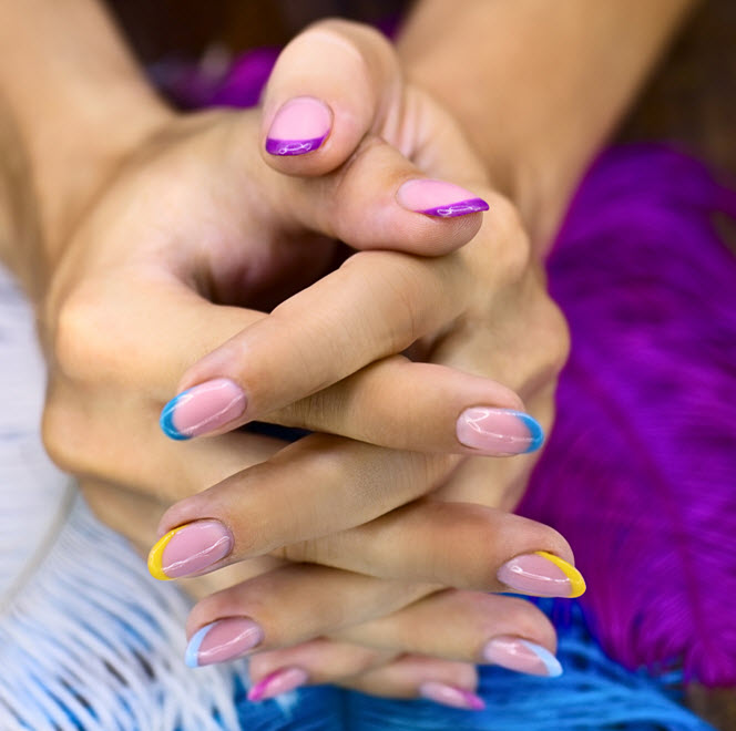 Modele de unghii cu gel simple in manechiura frantuzeasca cu varfuri in culori pastel