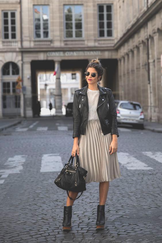Outfit cu fusta midi plisata jacheta piele biker si botine