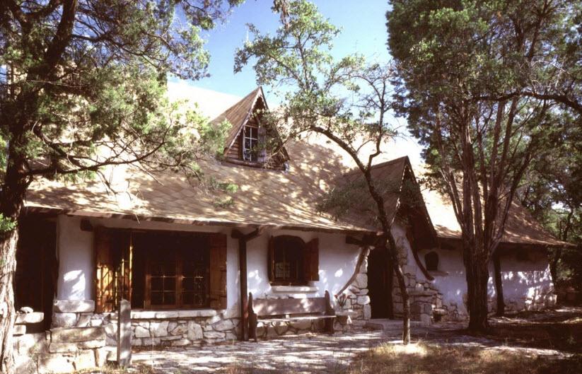 Casa din lut si paie din 1989 - cu geamuri pictate si aer vintage
