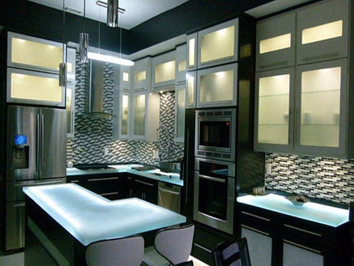 bucatarie cu dulapuri cu usi sticla luminate