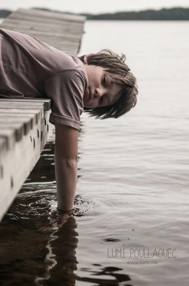 Tomi, Mon neveu autiste - enfant autiste -Photographie - reportage - ponton - lac