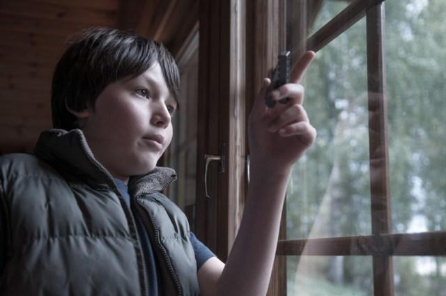 Tomi, Mon neveu autiste - enfant autiste -Photographie - reportage -fenêtre