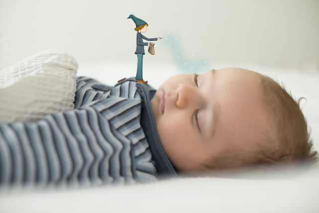 Bébé endormi par le marchant de sable. © Lumi Poullaouec