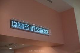 Photo d'enseigne de cabines d'essayage. ©Lumi Poullaouec