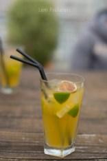 Cocktail avec 2 pailles et du citron vert. ©Lumi Poullaouec