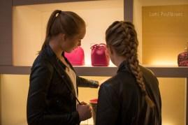 Jeunes filles faisant du shopping. ©Lumi Poullaouec