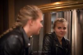 Portrait d'une jeune fille en reflet. Jeunes filles dans les couloirs du métro. © Lumi Poullaouec