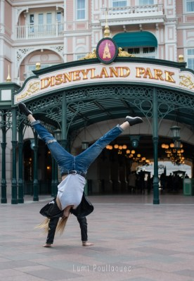 Jeune fille faisant la roue devant l'entrée du parc Disneyland Paris. ©Lumi Poullaouec