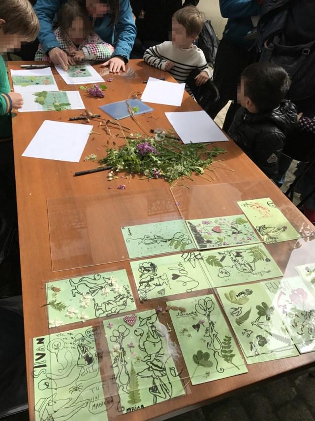 Une fois les créations des enfants terminées, nous plaçons les feuilles au soleil sous des plaques de plexiglass.