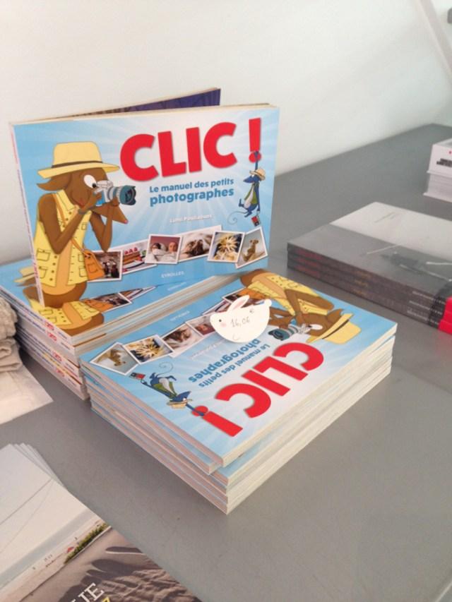 """Pile de livres """"Clic ! le manuel des petits photographes"""" aux Éditions EYROLLES écrit et illustré par Lumi Poullaouec."""