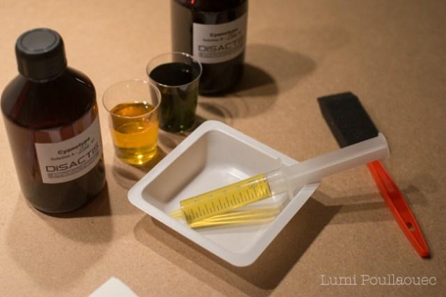 Photo d'un kit de produits photosensibles pour enduire des feuille et réaliser des cyanotypes pour un atelier photo