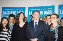 Le Ministre de l'Education Nationale, Vincent PEILLON pose au côté de la réalisatrice Julie BERTUCCELLI et de la classe d'accueil