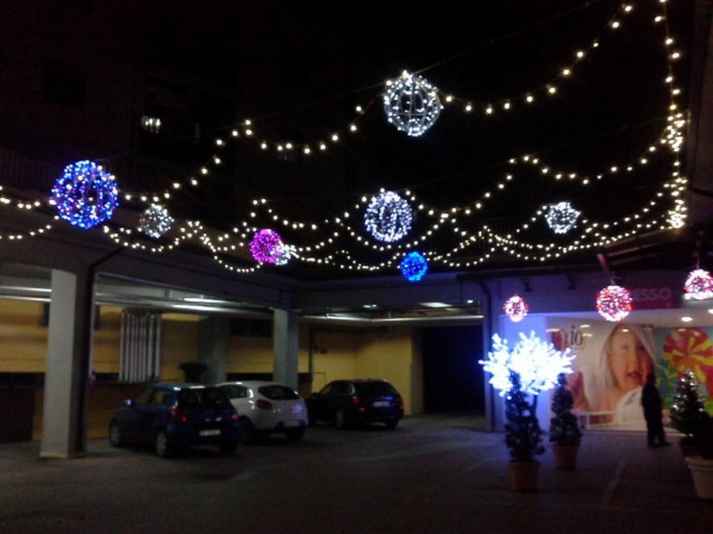 (Foto 15- 72) Piazzale con sfere vario colore e dimensioni