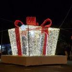 (Foto 16 -04b) Pacco regalo gigante 5x5x5m b.caldo e rosso
