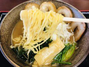 聖籠地場物産館 お食事コーナー 魚介だしのチャーシュ麺 麺リフト