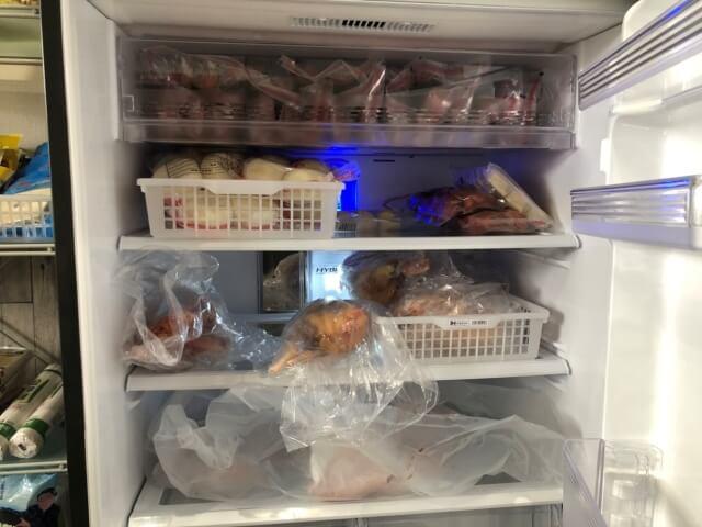 アジア特産商店の店内にある冷凍庫内の鶏肉など