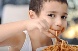 ילד אוכל פסטה